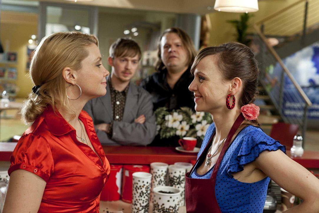 Während Oliver im den Hochzeitsvorbereitungen mit seiner Elli steckt, sind Danni (Annette Frier, l.), Hannes (Tino Mewes, 2.v.l.) und Nils (Oliver... - Bildquelle: Frank Dicks SAT.1