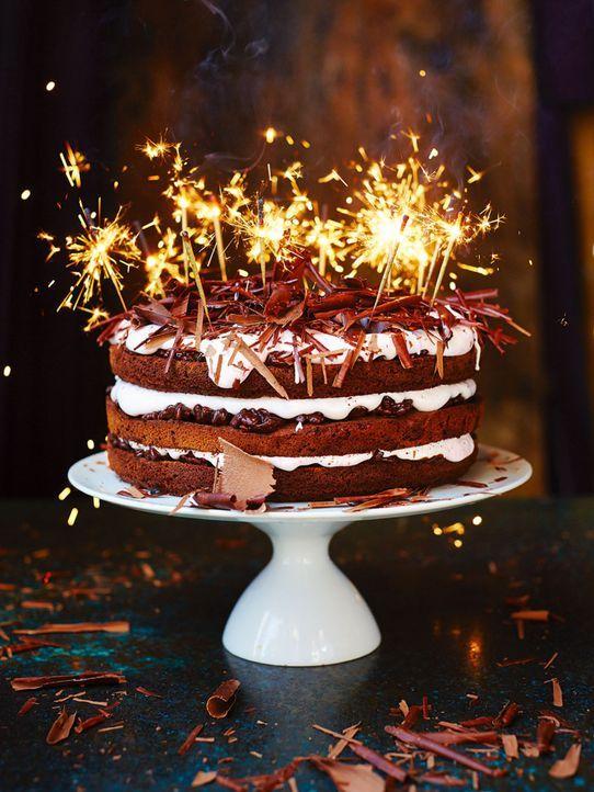 Let's celebrate: Dank tatkräftiger Unterstützung zaubert Jamie Oliver eine spektakuläre Schokoladentorte ... - Bildquelle: FRESH ONE PRODUCTIONS MMXIV