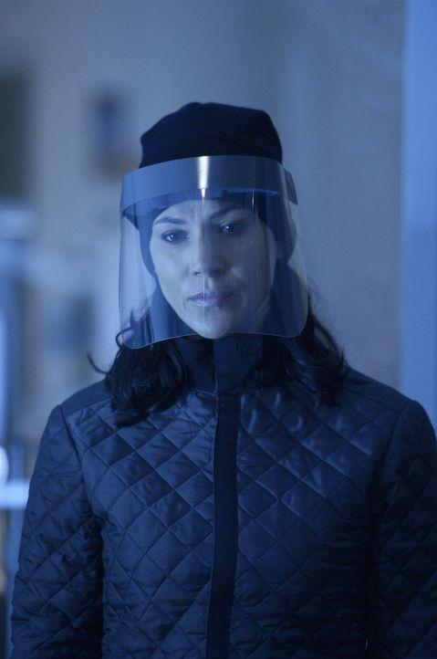 Während Julia (Kyra Zagorsky), Alan und Sarah nach einem Mittel gegen den Virus suchen, setzten die Vektoren zum nächsten Schlag an ... - Bildquelle: 2014 Sony Pictures Television Inc. All Rights Reserved.