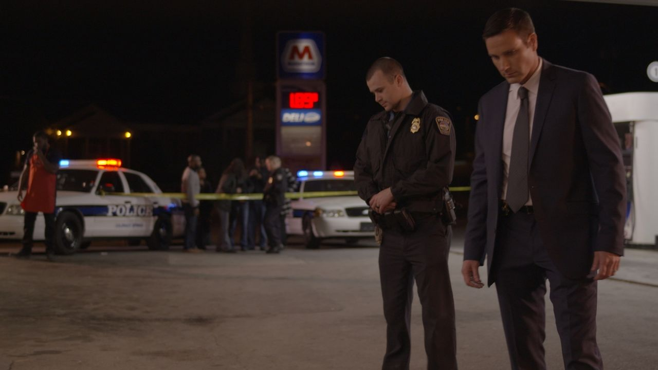 Es ist ein ausgelassener Silvester-Abend als Miguel Mendez auf dem Parkplatz eines Supermarktes zu Tode geprügelt wird. Doch niemand scheint etwas b... - Bildquelle: Jupiter Entertainment