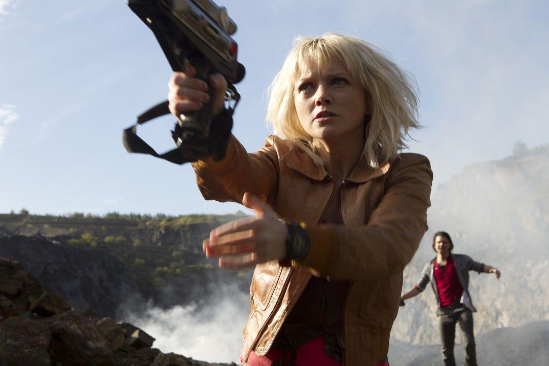 Können Abby (Hannah Spearritt, l.) und Connor (Andrew Lee Potts, r.) sich vor dem sicheren Tod noch retten? - Bildquelle: ITV Plc