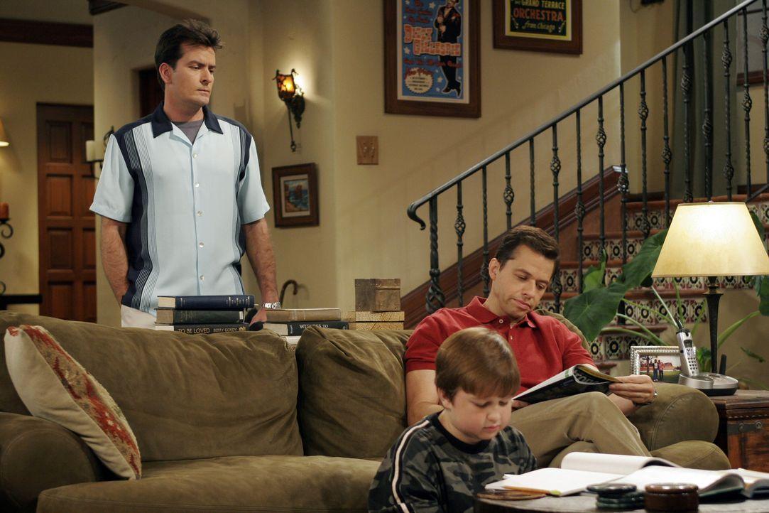 Es herrscht dicke Luft im Hause Harper: Charlie (Charlie Sheen, l.), Jake (Angus T. Jones, M.) und Alan (Jon Cryer, r.) ... - Bildquelle: Warner Brothers Entertainment Inc.