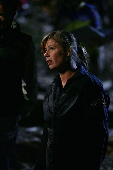 Am Unglücksort finden Abby (Maura Tierney) und die anderen Rettungskräfte die Verletzten mit dem Bus gefährlich nah über einem Abgrund hängen.... - Bildquelle: Warner Bros. Television