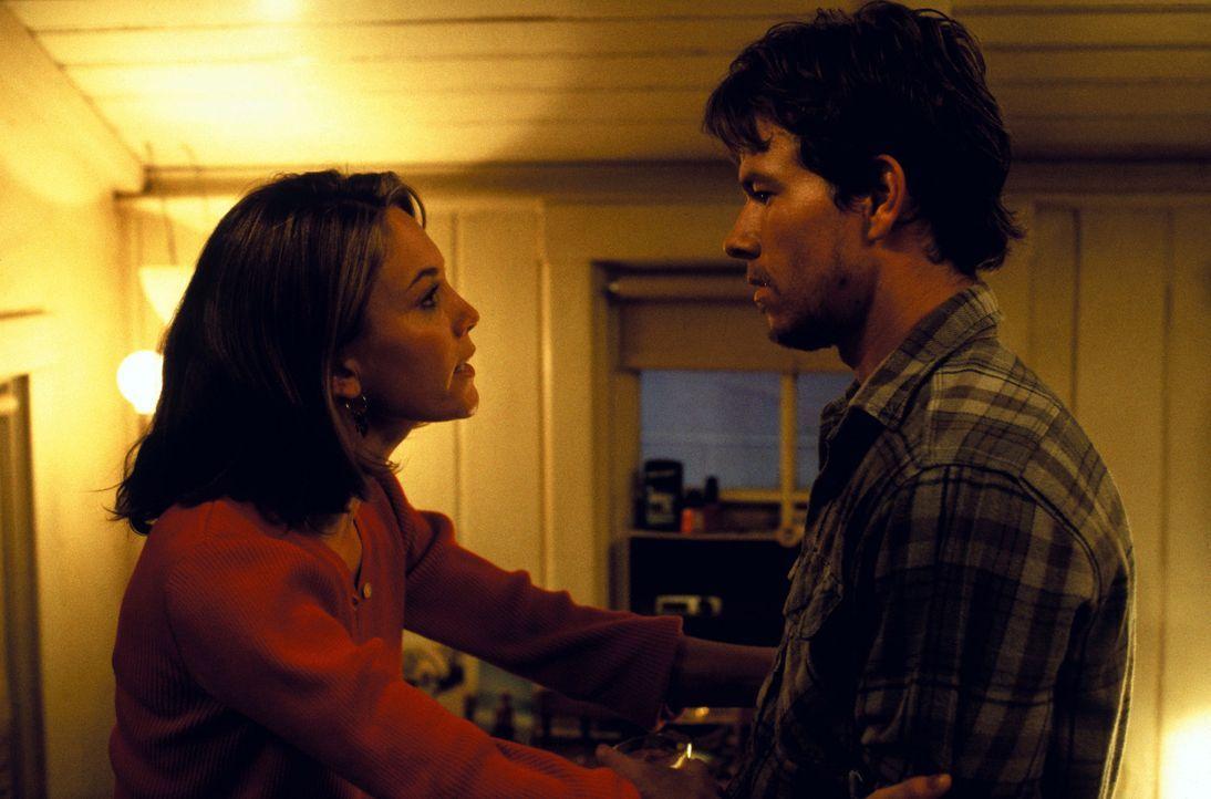 Weil schlechtes Wetter angekündigt wurde, will Christina (Diane Lane, l.) nicht, dass ihr Freund Bobby (Mark Wahlberg, r.) auf Fischfang geht. Doch... - Bildquelle: Warner Bros. Pictures