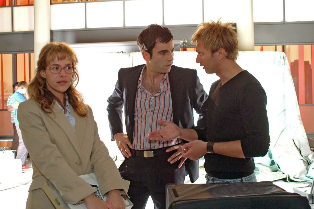Lisa (Alexandra Neldel, l.) hat alle Mühe, David (Mathis Künzler, M.) davon abzuhalten, dass er sich mit dem Model Verena ungestört zurückzieht.... - Bildquelle: Sat.1