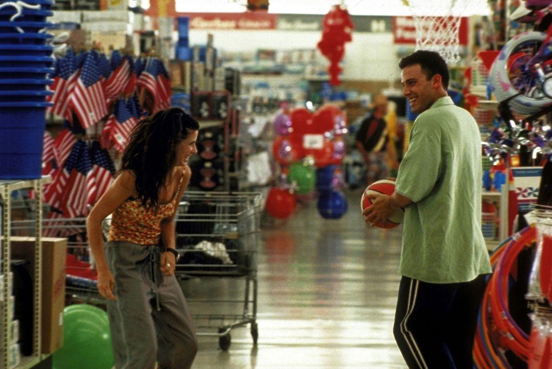 Nicht ungern lässt sich Ben (Ben Affleck, r.) von Sarah (Sandra Bullock, l.) in seinen Reiseplänen behindern. Denn nach wie vor steht er den Hochzei... - Bildquelle: TM+  1999 DreamWorks LLC. All Rights Reserved.