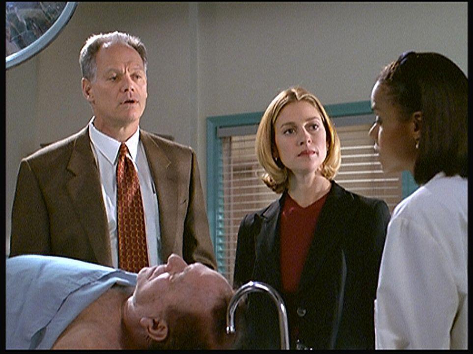 Polizeichef Masters (Fred Dryer, l.) und seine Kollegin Archer (Susan Gibney, M.) befragen die Leichenbeschauerin Dr. Amanda Bentley (Victoria Rowel... - Bildquelle: Viacom