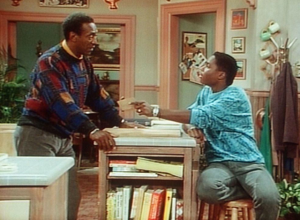 """Standhaft wehrt sich Cliff (Bill Cosby, l.) gegen die Sandwiches, die ihm Theo (Malcolm-Jamal Warner, r.) """"freundlicherweise"""" anbietet. - Bildquelle: Viacom"""