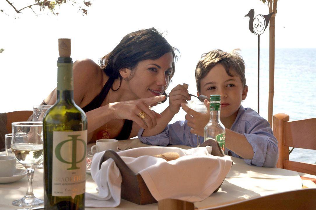Claudia (Bettina Zimmermann, l.) genießt die Zeit mit ihrem neunjährigen Sohn Timmy (Jannis Michel, r.). - Bildquelle: Sat.1
