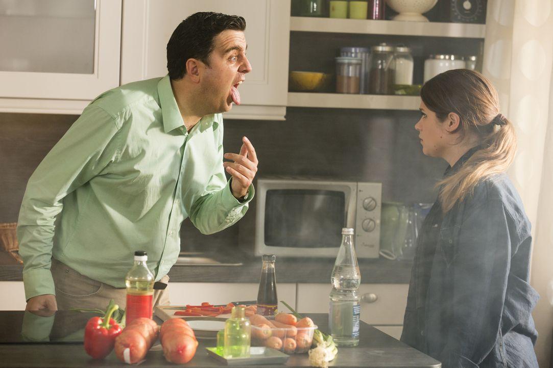 Bastian (Bastian Pastewka, l.) zeigt seiner Nichte Kim (Cristina do Rego, r.) seine total angeschwollene Zunge - handelt es sich etwa um einen aller... - Bildquelle: Frank Dicks SAT.1