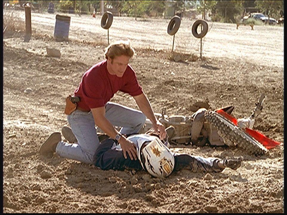 Jake (Carey Van Dyke, r.) ist bei einem gewagten Sprung gestürzt. Steve (Barry Van Dyke, l.) leistet Erste Hilfe. - Bildquelle: Viacom