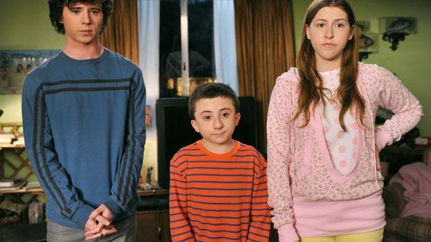 Axl (Charlie McDermott, l.), Brick (Atticus Shaffer, M.) und Sue (Eden Sher,...