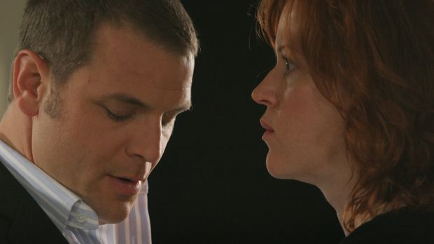 Kathleen Walsh (Molly Ringwald, r.), eine blinde Frau, sagt bei Lee Scanlon (...