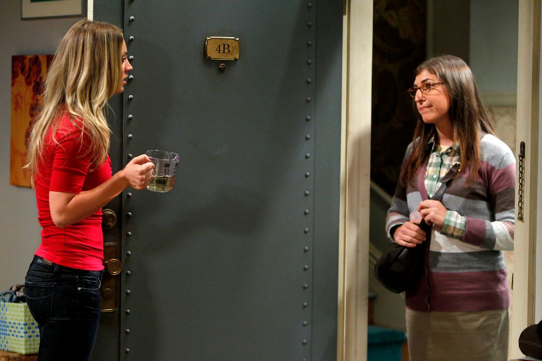 Nach der Nacht mit Raj kann Penny (Kaley Cuoco, l.) ihren Freunden nicht mehr unter die Augen treten und flüchtet sich für ein paar Tage zu Amy Farr... - Bildquelle: Warner Bros. Television