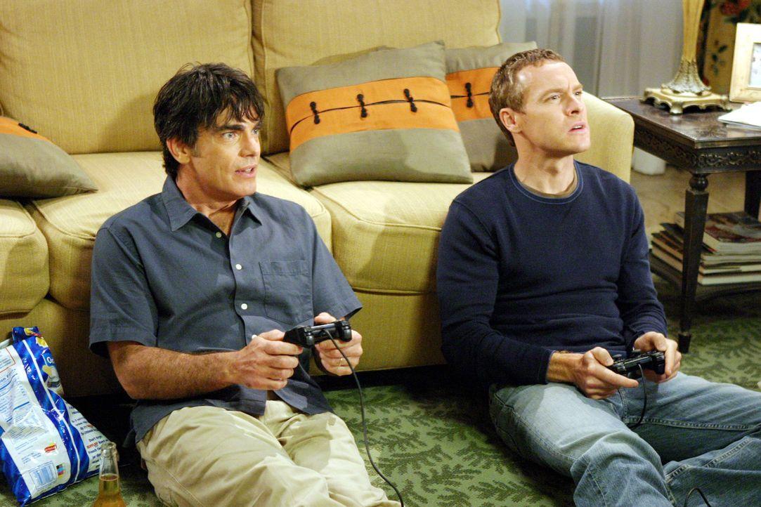Ein entspannter Abend: Sandy (Peter Gallagher, l.) und Jimmy (Tate Donovan, r.) ... - Bildquelle: Warner Bros. Television