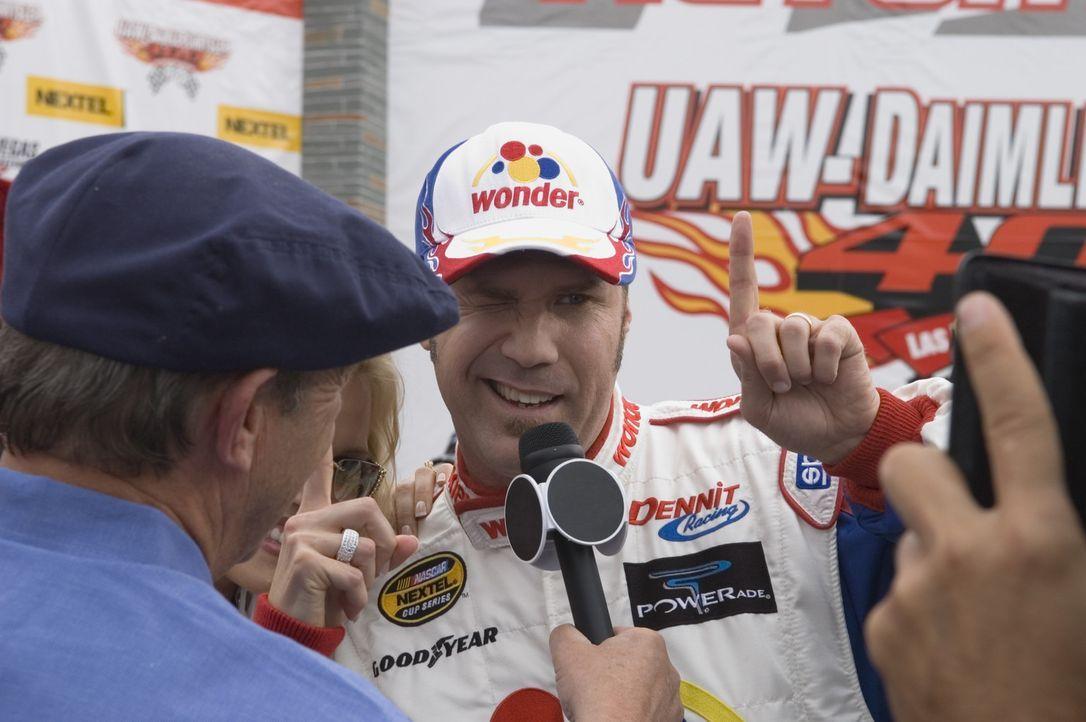 Seit sein Kindheit will Ricky Bobby (Will Ferrell, r.) Rennfahrer werden. Einige Jahre später hat er es geschafft. Er ist der schnellste und erfolg... - Bildquelle: Copyright   2006 Sony Pictures Television International.