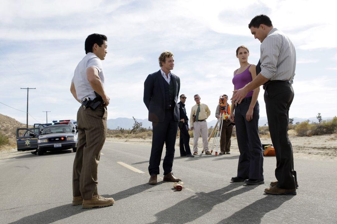Auf einer Landstraße wird die abgetrennte Hand des Casinobesitzers James Meier gefunden. Auf seiner Handfläche steht die Zahl 43. Das Team (Tim Ka... - Bildquelle: Warner Bros. Television