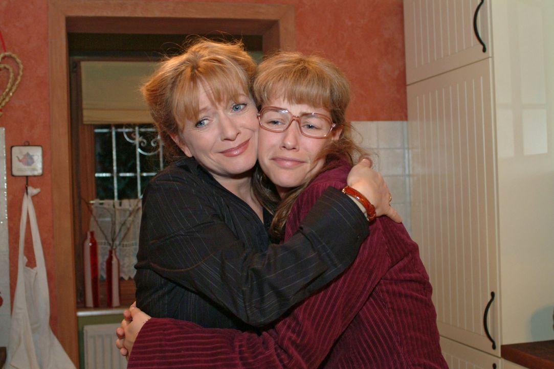 Helga (Ulrike Mai, l.) kann sich zwischenzeitlich über Lisas (Alexandra Neldel, r.) überraschende Verlobung mit Jürgen freuen. (Dieses Foto von Alex... - Bildquelle: Monika Schürle Sat.1