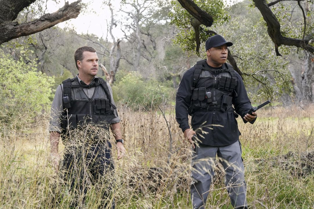 Nach der Sabotage einer Trägerrakete, ist ein Satellit explodiert und abgestürzt. Für Sam (LL Cool J, r.) und Callen (Chris O'Donnell, l.) wird der... - Bildquelle: Bill Inoshita 2018 CBS Broadcasting, Inc. All Rights Reserved/Bill Inoshita