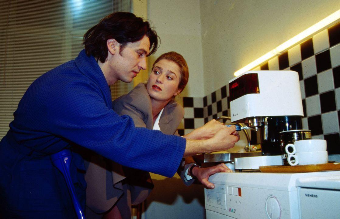 Diana Neuwirth (Nina Franoszek, r.), die Besitzerin der Spielzeugfabrik Neuwirth, besucht den kranken Kommissar Moser (Tobias Moretti, l.) ... - Bildquelle: Ali Schafler Sat.1