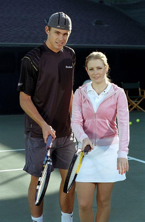 Sabrina (Melissa Joan Hart, r.) nimmt Tennisunterricht bei einem herbeigezauberten Wimbledonspieler, der ihr Tricks und Tipps beibringt. - Bildquelle: Paramount Pictures