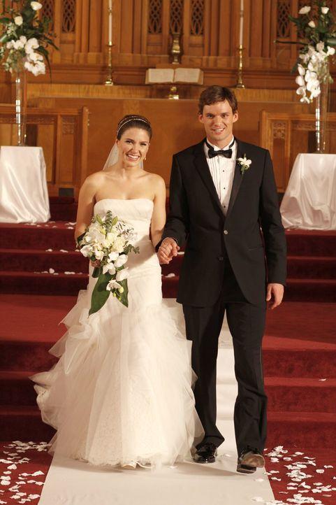 Der Tag der Hochzeit von Brooke (Sophia Bush, l.) und Julian (Austin Nichols, r.) ist endlich da ... - Bildquelle: Warner Bros. Pictures