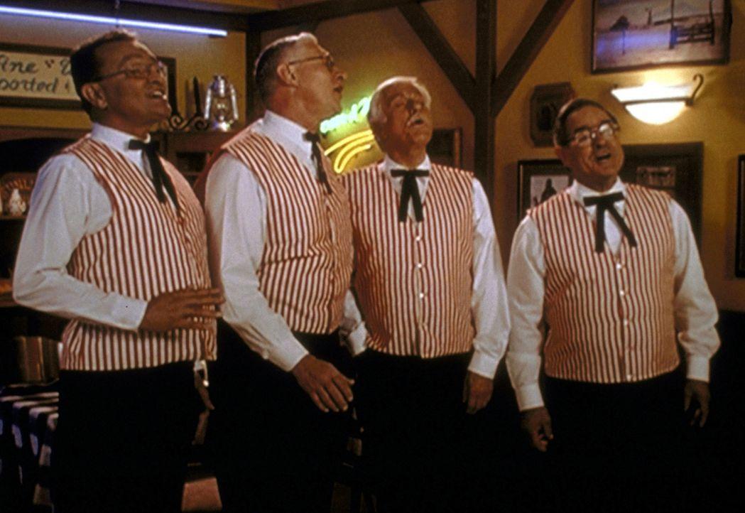 """Mark (Dick Van Dyke, 2.v.r.) und drei Freunde treten als Barber-Shop-Quartett im """"Barbeque Bob's"""" auf. - Bildquelle: Viacom"""