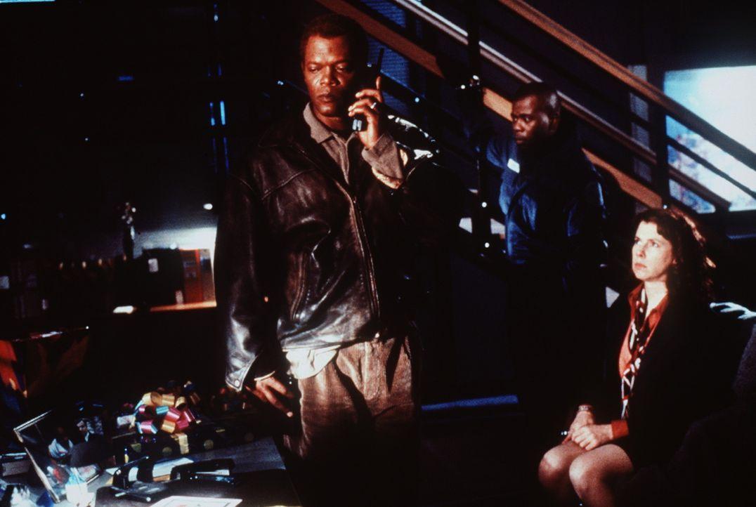 Obwohl Danny Roman (Samuel L. Jackson, l.) der beste Vermittler zwischen Geiselnehmer und Polizei ist, gerät er eines Tages selbst unter Mordverdac... - Bildquelle: TM+  Warner Bros.