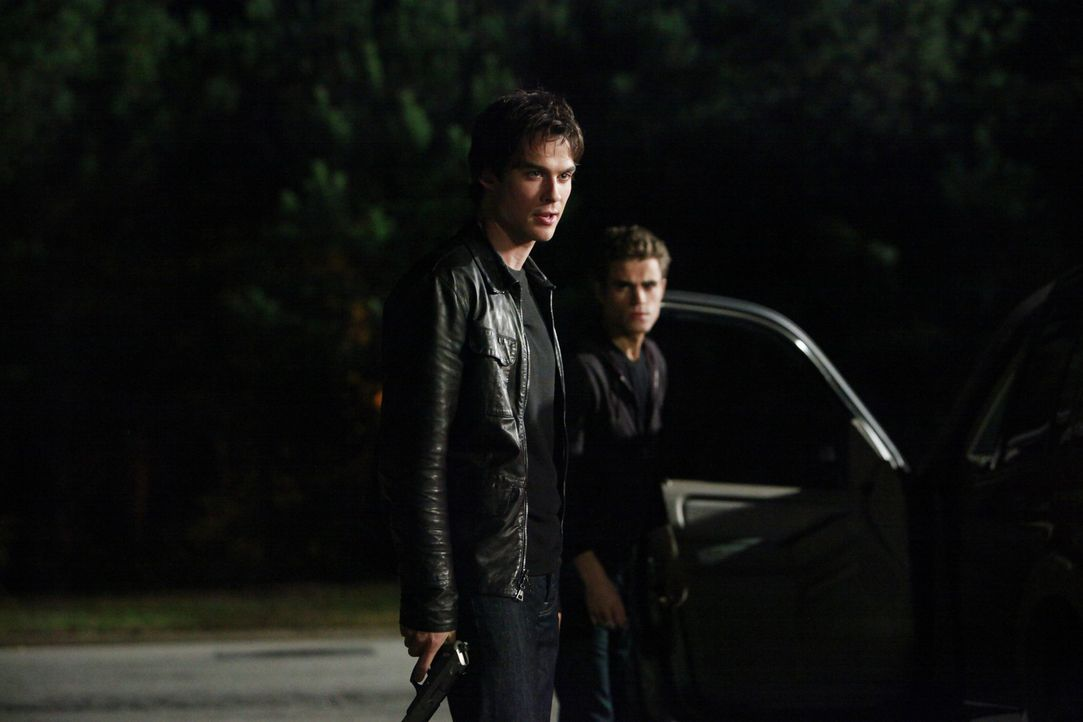 In letzter Sekunde gelingt es Stefan (Paul Wesley, r.) und Damon Salvatore (Ian Somerhalder, l.), Caroline aus den Fängen von Logan zu befreien. - Bildquelle: Warner Brothers