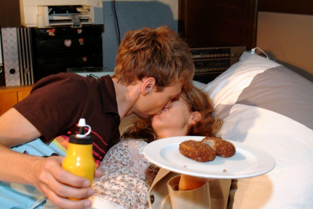 Völlig unverhofft zieht Jürgen (Oliver Bokern, l.) Lisa (Alexandra Neldel, r.) an sich und küsst sie ... (Dieses Foto von Alexandra Neldel darf n... - Bildquelle: Monika Schürle Sat.1