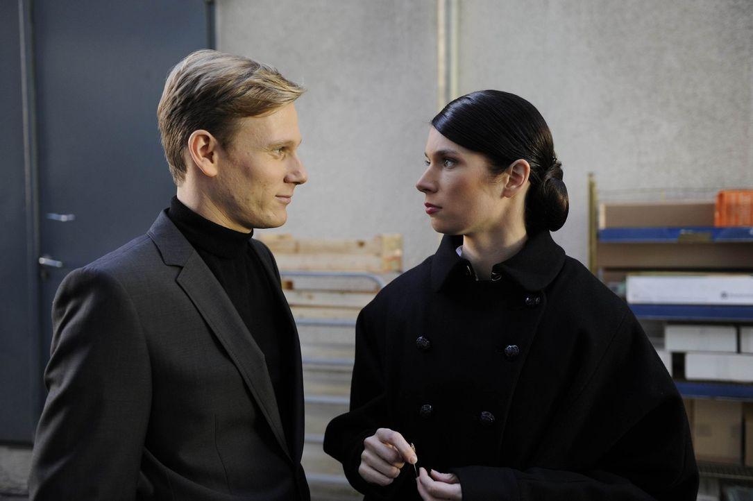 Gina (Elisabeth Sutterlüty, r.) nähert sich Philip (Philipp Romann, l.) fast auf Augenhöhe ... - Bildquelle: SAT.1
