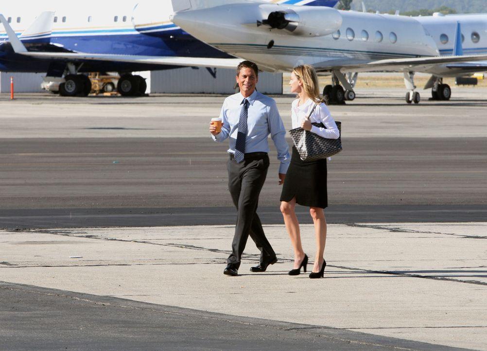 Kitty (Calista Flockhart, r.) kann Robert (Rob Lowe, l.), der auf dem Weg zu seinem Flugzeug ist, gerade noch abfangen. - Bildquelle: Disney - ABC International Television