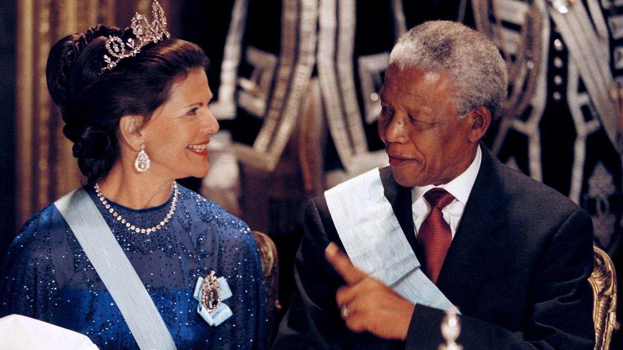 Koenigin-Silvia-von-Schweden-Nelson-Mandela-1999-03-17-AFP - Bildquelle: AFP