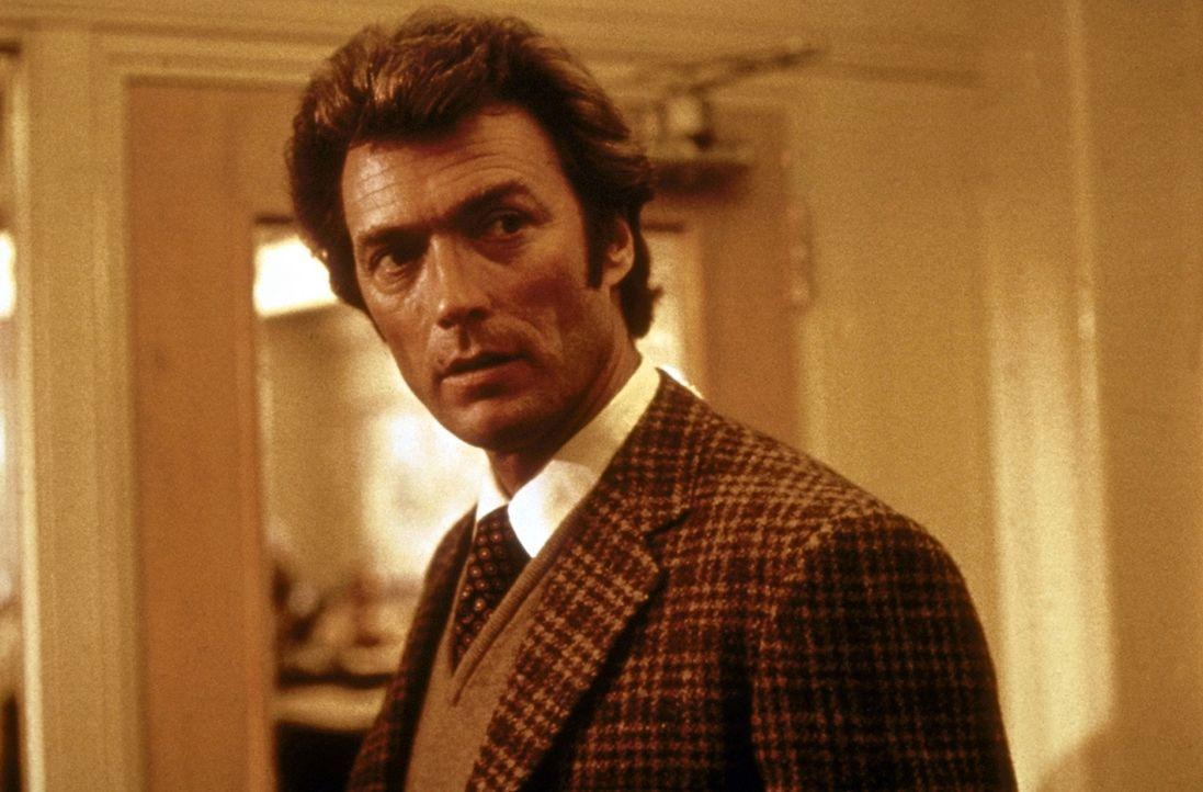 Selbst in der Mittagspause erledigt 'Dirty Harry' (Clint Eastwood) mal schnell einen Gangster zwischen zwei Happen Hamburger ... - Bildquelle: Warner Bros.