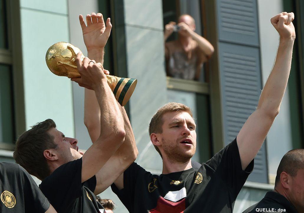 WM-ankunft-nationalmannschaft-berlin-07-140715-dpa - Bildquelle: dpa