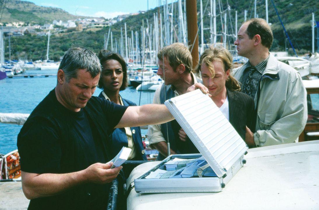 Ferber (Wilfried Hochholdinger, 2.v.r.) bringt Lösegeld für Laura nach Kapstadt und wird von Stan (Heinz Hoenig, l.), Walker (Otto Sander, M.) und M... - Bildquelle: Axel Fremmer Sat.1