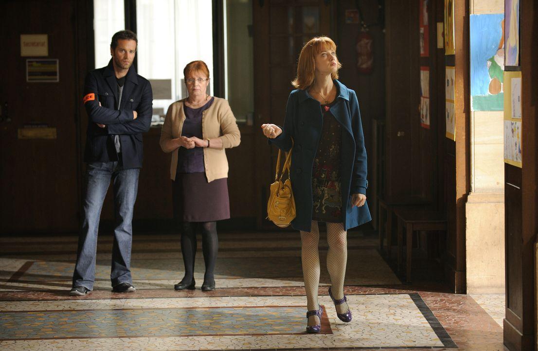 In der Schule der ermordeten Lehrerin suchen Matthieu (Guillaume Cramoisan, l.) und Chloé (Odile Vuillamin, r.) nach Informationen ... - Bildquelle: 2008 - Beaubourg Audiovisuel/BeFilms/RTBF (Télévision Belge)