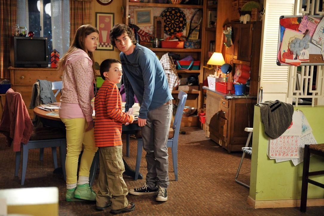 Sue (Eden Sher, l.), Brick (Atticus, Shaffer, M.) und Axl (Charlie McDermott, r.) sind der Meinung, dass ihre Eltern sie in letzter Zeit zu sehr bev... - Bildquelle: Warner Brothers