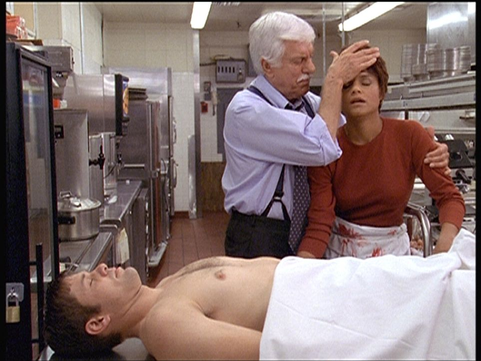 Mark (Dick Van Dyke, M.) stellt fest, dass sich Amanda (Victoria Rowell, r.) bei dem Toten mit der Legionärskrankheit infiziert hat. - Bildquelle: Viacom