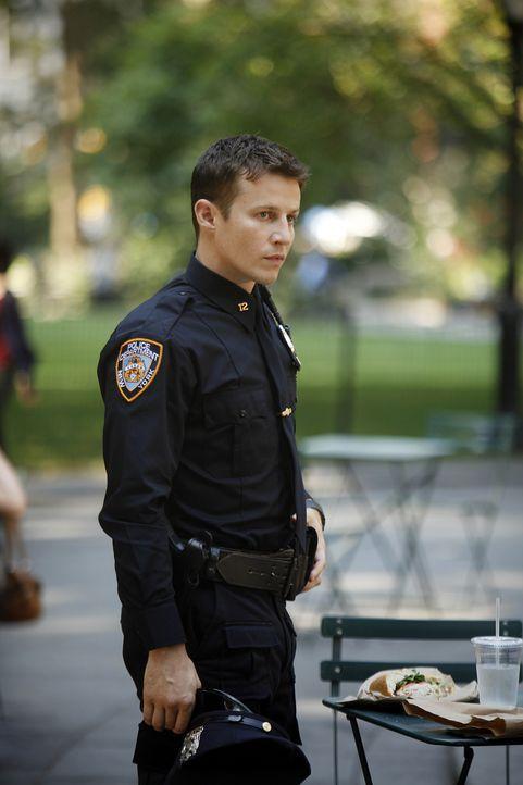 Jamie Reagan (Will Estes) bemüht sich weiter, ein guter Polizist zu werden und schafft es sogar zu einer Verhaftung wegen unerlaubten Waffenbesitzes... - Bildquelle: 2010 CBS Broadcasting Inc. All Rights Reserved