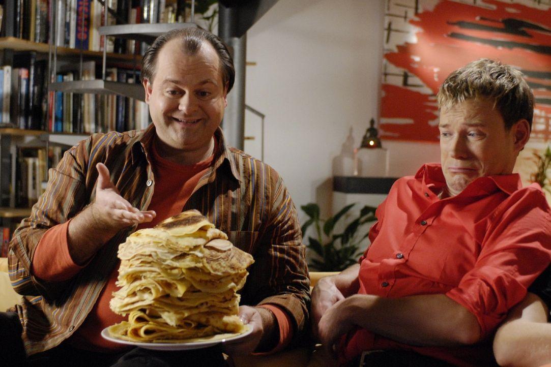 Markus (Makus Majowski, l.) hat 30 Pfannkuchen gebacken, die er auch zum Entsetzen von Mathias (Mathias Schlung, r.) selber isst. - Bildquelle: Sat.1