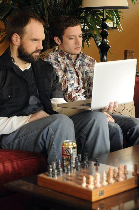 Spencer (Ethan Suplee, l.) führt Ryan (Elijah Wood, r.) ein in die Leidenschaft, Pornos zu sehen, in Stripteasebars zu gehen und sich ungehobelt mit... - Bildquelle: 2011 FX Networks, LLC. All rights reserved.