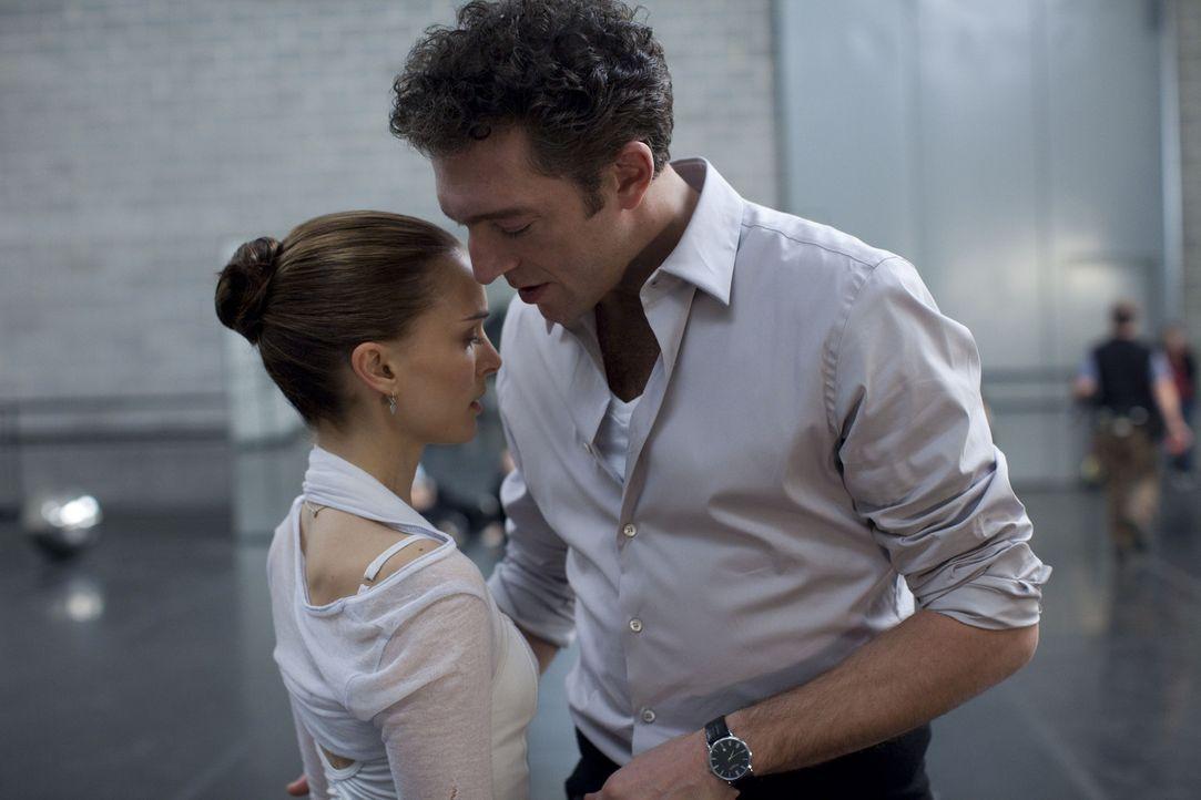 Unter Druck gesetzt von dem attraktiven Ballettdirektor Thomas Leroy (Vincent Cassel, r.), versucht die an sich zweifelnde Nina (Natalie Portman, l.... - Bildquelle: 20th Century Fox