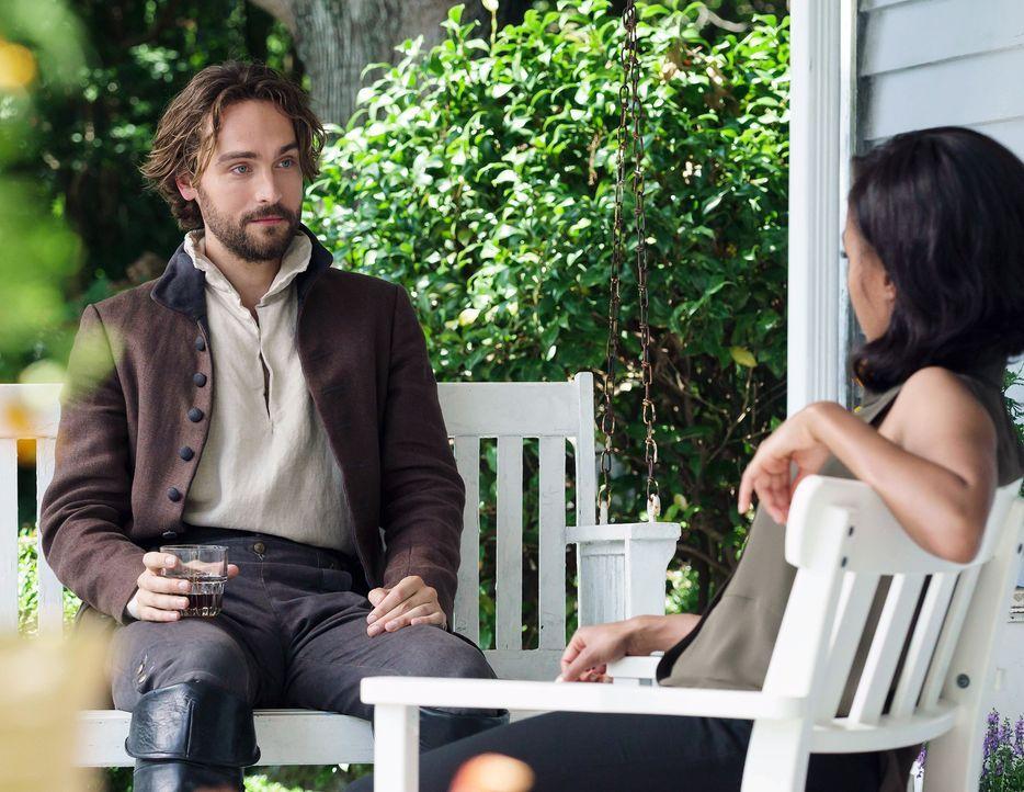 Abbie (Nicole Beharie, r.) nimmt Crane (Tom Mison, l.) bei sich auf, aber ist diese WG wirklich eine gute Idee? - Bildquelle: 2015-2016 Fox and its related entities.  All rights reserved.