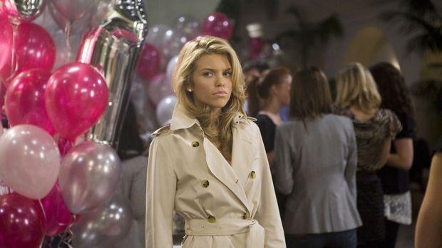 Was Naomi (AnnaLynne McCord) wohl unter ihrem Trenchcoach trägt... © TM &   C...