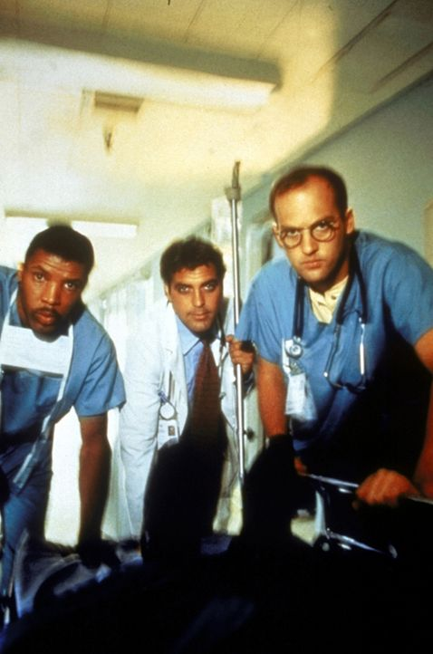 In der Nähe des Chicagoer Krankenhauses ist ein Gebäude eingestürzt. In der Notaufnahme sind Dr. Benton (Eric LaSalle, l.), Dr. Ross (George Cloo... - Bildquelle: TM+  WARNER BROS.