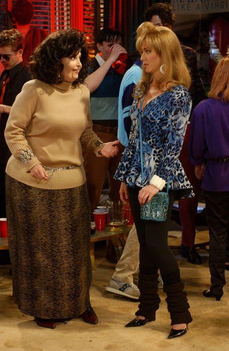 Rückblende: Noch zu Schulzeiten wurde Rachel (Jennifer Aniston, r.) an einem Abend von Chandler und Ross geküsst oder wurde Monica (Courteney Cox, l... - Bildquelle: 2003 Warner Brothers International Television