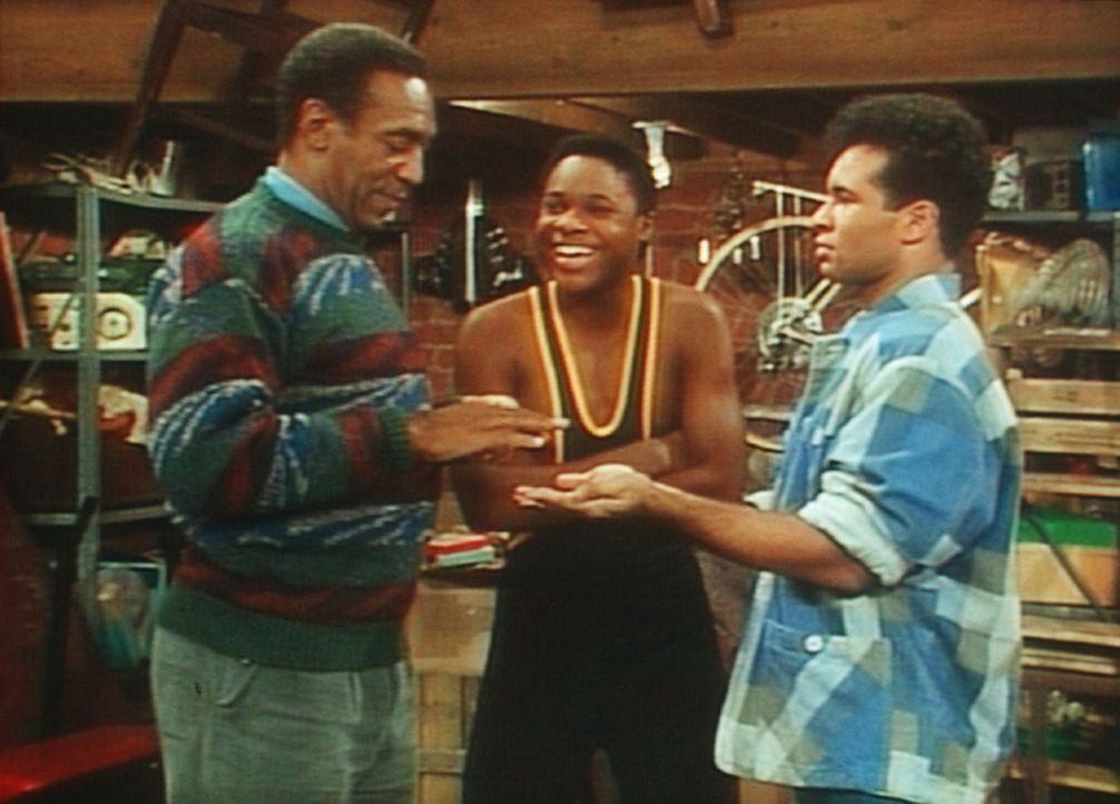 Cliff (Bill Cosby, l.) lässt sich mit Theo (Malcolm-Jamal Warner, M.) und seinem Freund auf einen Reaktionstest ein, doch seine Reflexe sind langsa... - Bildquelle: Viacom
