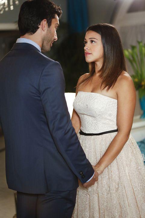 Wie wird es mit Jane (Gina Rodriguez, r.) und Rafael (Justin Baldoni, l.) weitergehen? - Bildquelle: 2014 The CW Network, LLC. All rights reserved.