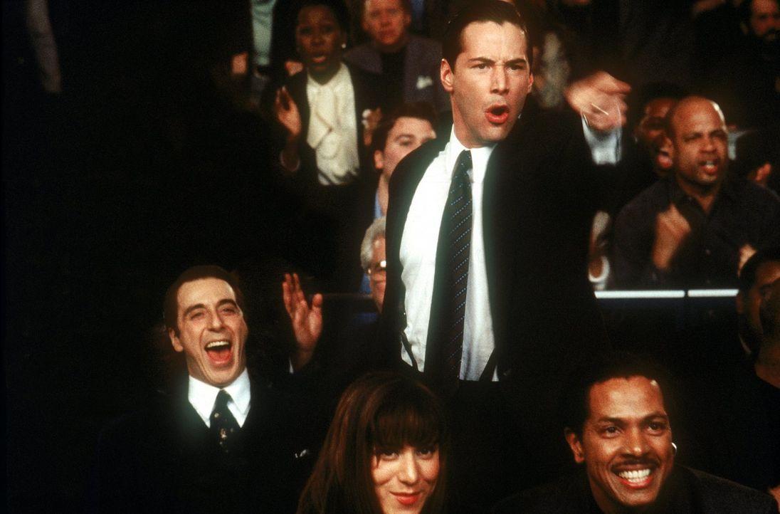 In den Gerichtssälen von Jacksonville, Florida, erweist sich der junge Anwalt Kevin Lomax (Keanu Reeves, M.) bereits nach kurzer Zeit als unbesiegba... - Bildquelle: Warner Bros.